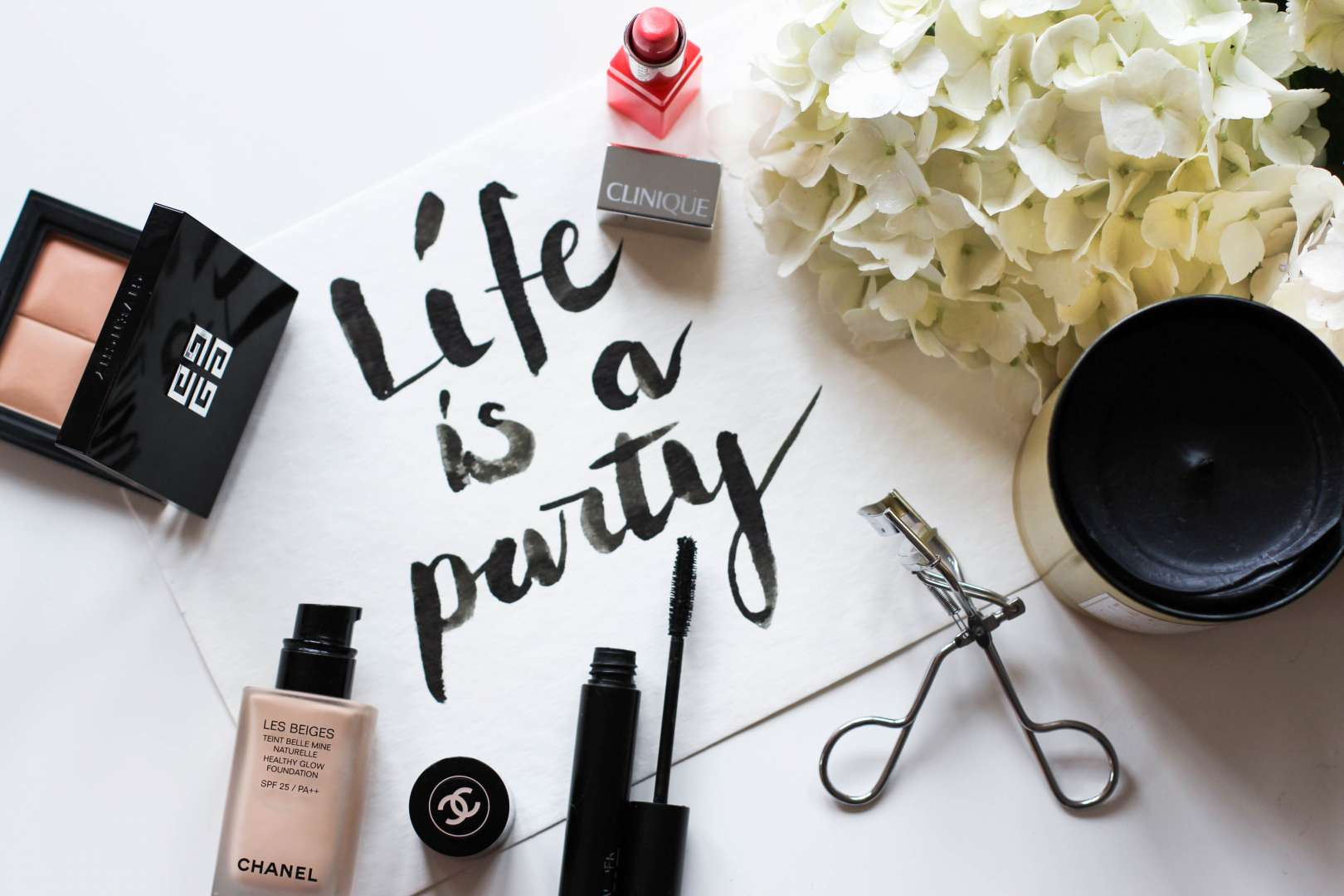 5 beauty essentials maquillage beauty makeup givenchy chanel clinique estée lauder flatlay review